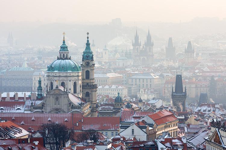 Fotografie pražské zimní mlhavé ráno